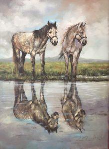 Deux chevaux majestueux s'arrêtant à boire